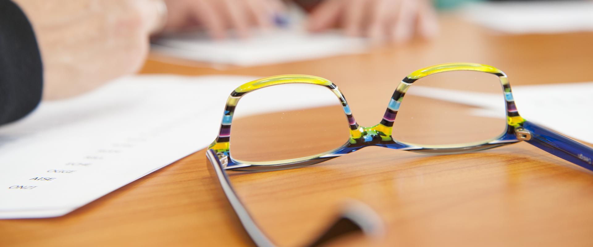 Eine Brille liegt auf einem Tisch in der MEDIAN Klinik am Waldsee