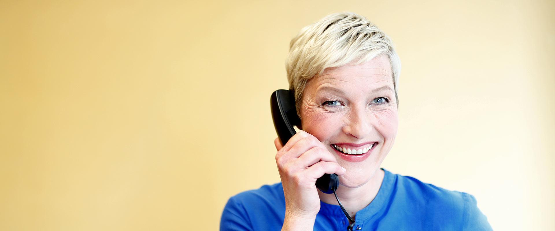 Ärztin telefoniert mit einem Kunden im MEDIAN Ambulantes Gesundheitszentrum Leipzig