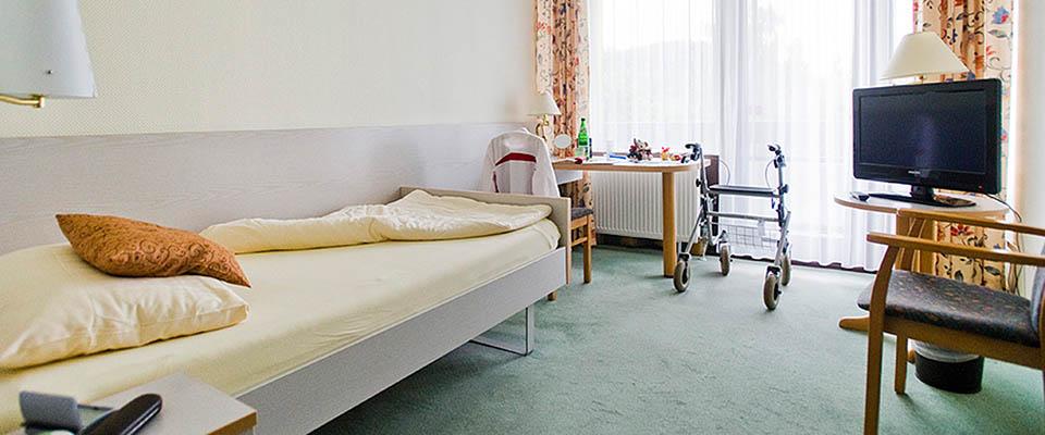 Zimmer mit Bett und Fernseher in der MEDIAN Klinik Mühlengrund Bad Wildungen