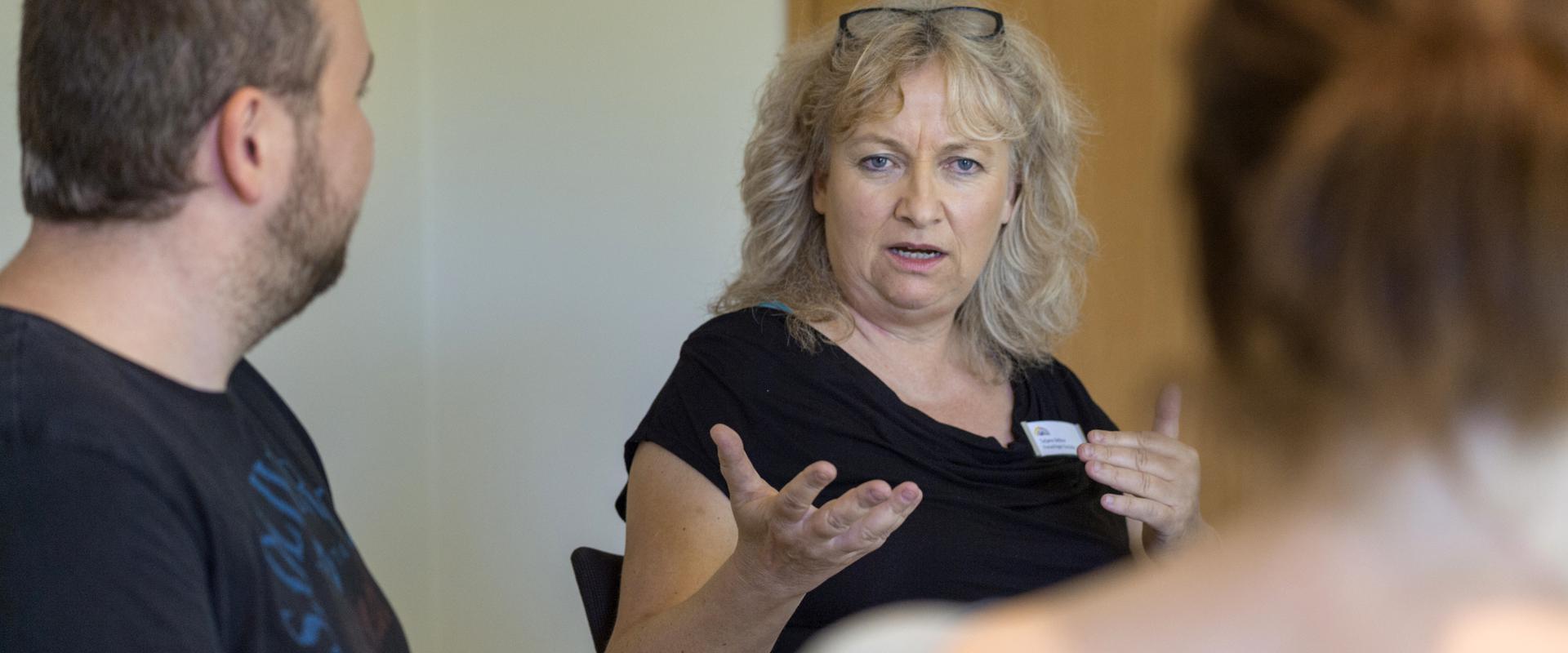 Therapeutin spricht mit den Patienten in der MEDIAN Klinik Münchwies