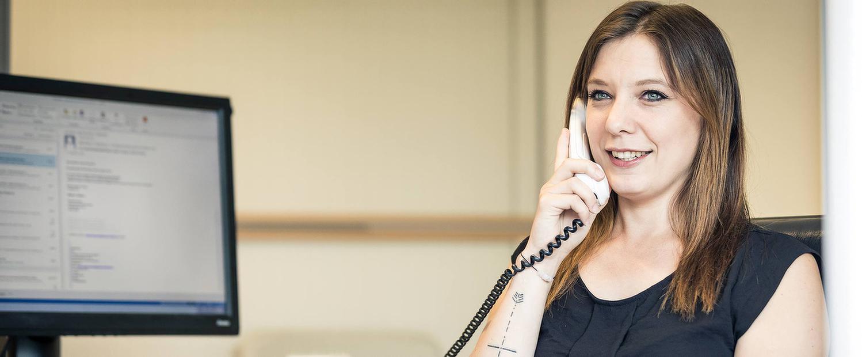 Telefonierende Frau in der MEDIAN Franz-Alexander-Klinik Nordrach