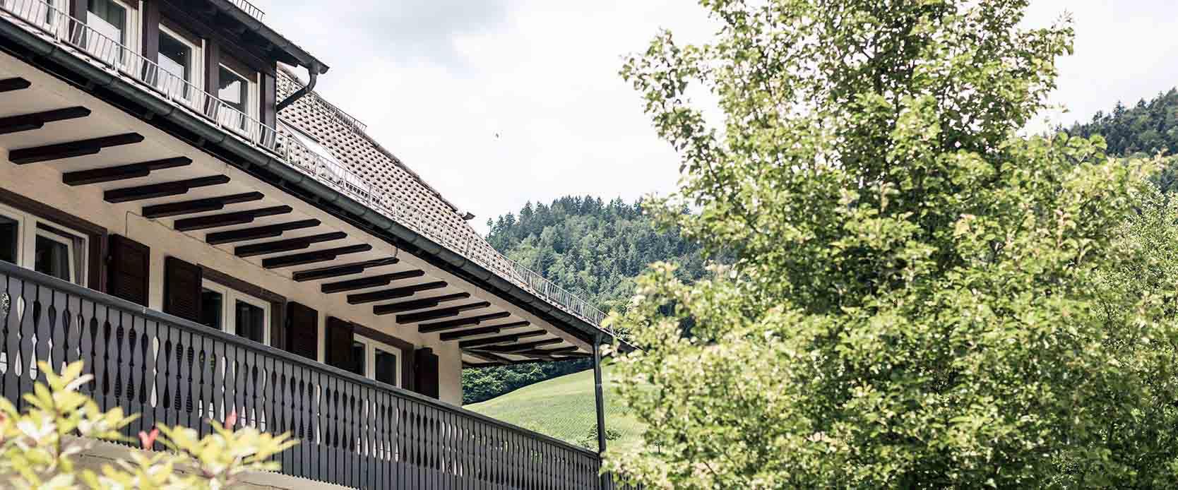 Unser Haus mit Balkon der MEDIAN Franz-Alexander-Klinik Nordrach