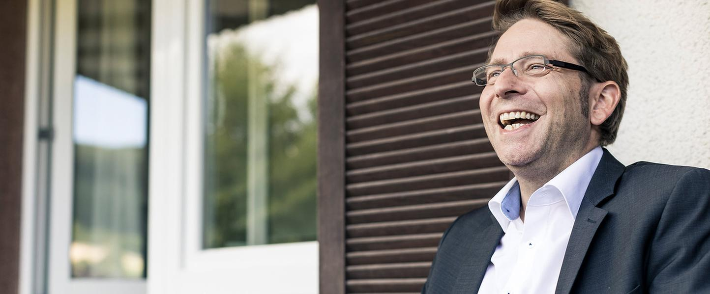 Lachender Mann vor der Franz-Alexander-Klinik Nordrach