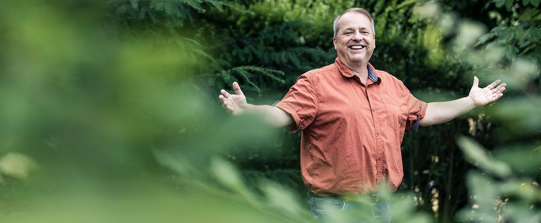 Lachender Mann im Park der MEDIAN Franz-Alexander-Klinik Nordrach