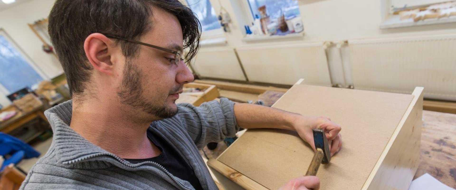 Mann arbeitet in einer Werkstatt in der MEDIAN Klinik am Waldsee