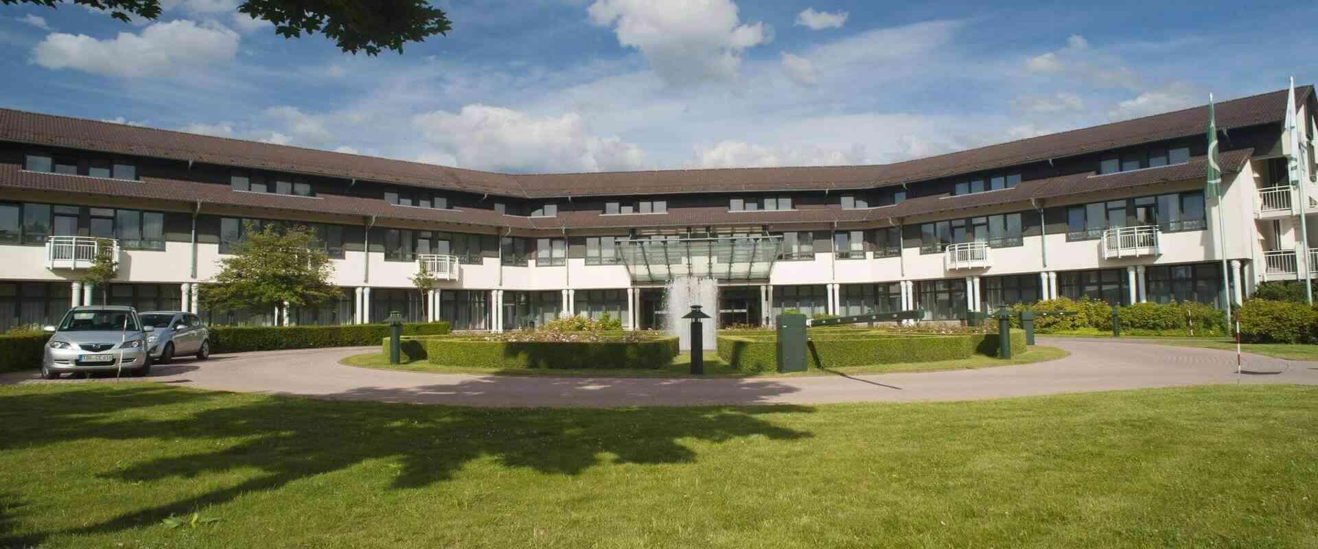 Ein große Park beim Eingang bei MEDIAN Zentrum für Rehabilitation Schmannewitz