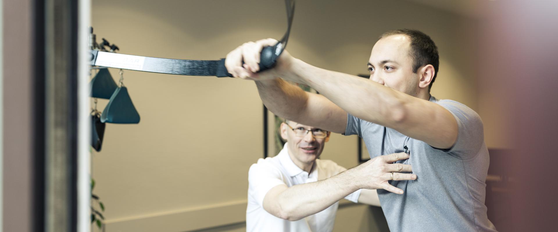 Patient trainiert zusammen mit einem Therapeuten in der MEDIAN Klaus-Miehlke-Klinik Wiesbaden