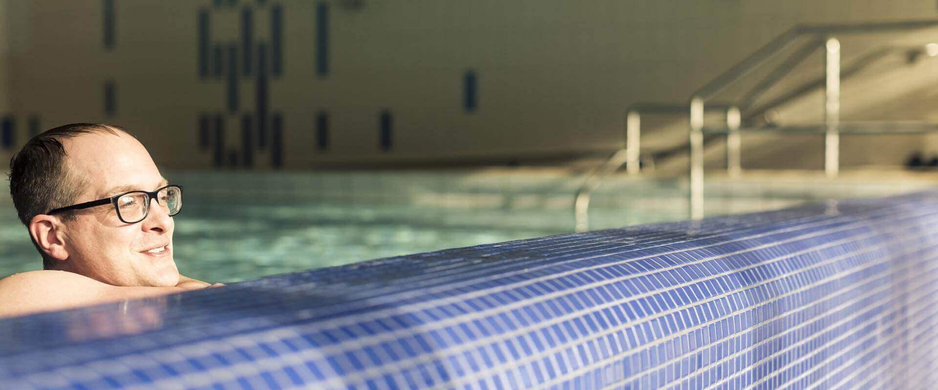 Patient badet im Schwimmbad der MEDIAN Klaus-Miehlke-Klinik Wiesbaden