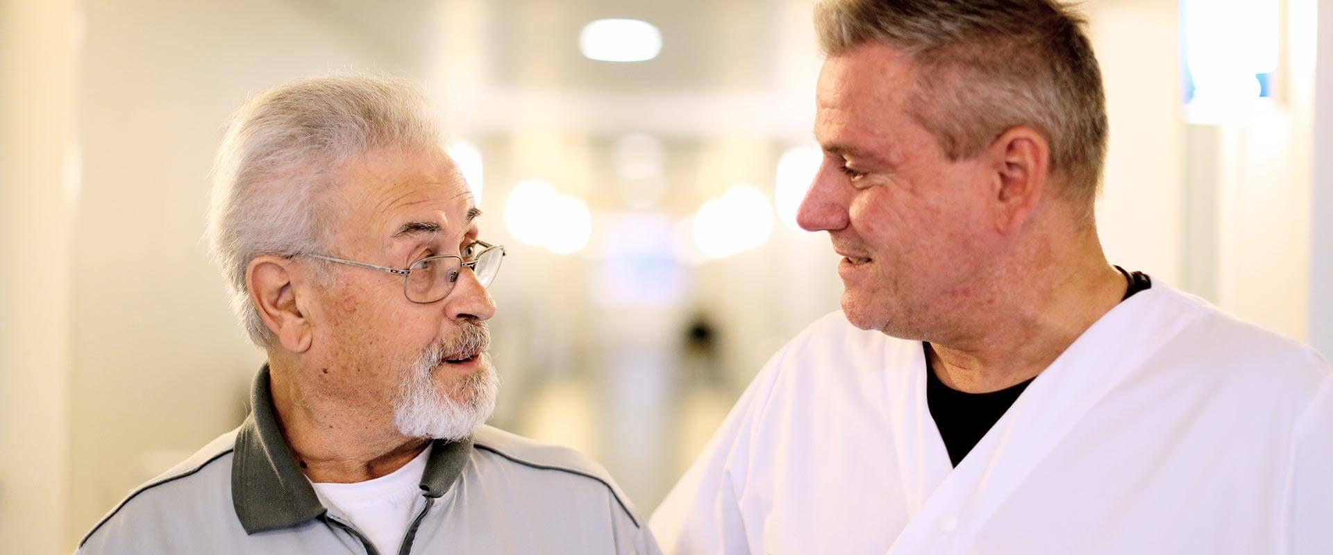 Patient unterhält sich mit einem Therapeuten in der MEDIAN Klinik Wilhelmshaven