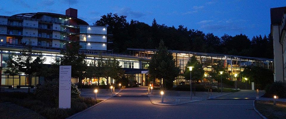 Nachtaufnahme der MEDIAN Klinik Bad Colberg