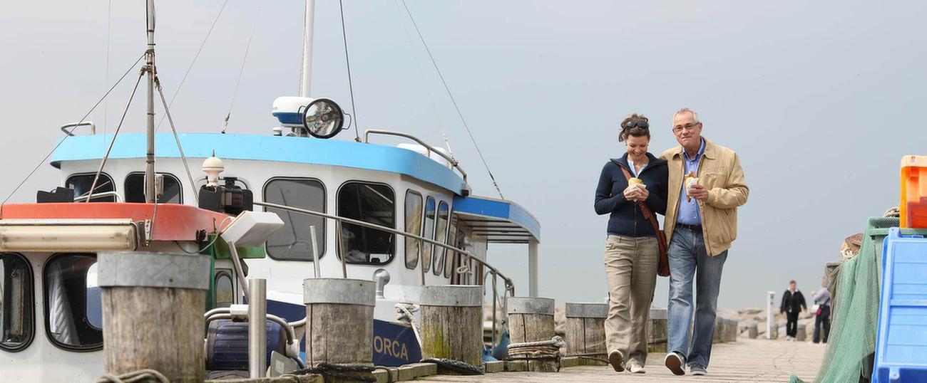 MEDIAN Kliniken Paar spaziert am Hafen