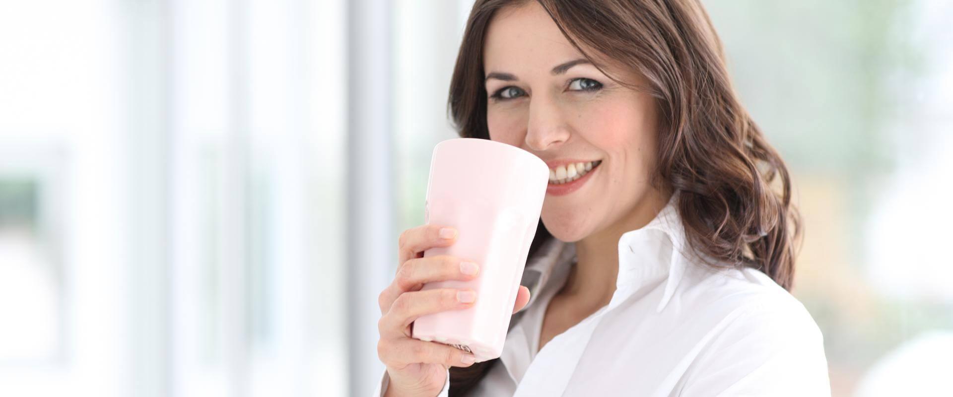 Patientin trinkt Kaffee in der MEDIAN Klinik am Park Bad Oeynhausen