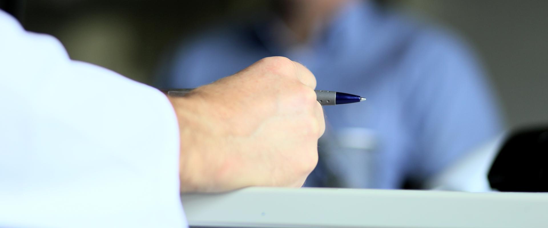 Ein Arzt hält einen Stift in seiner Hand in den MEDIAN Gesundheitsdiensten Koblenz