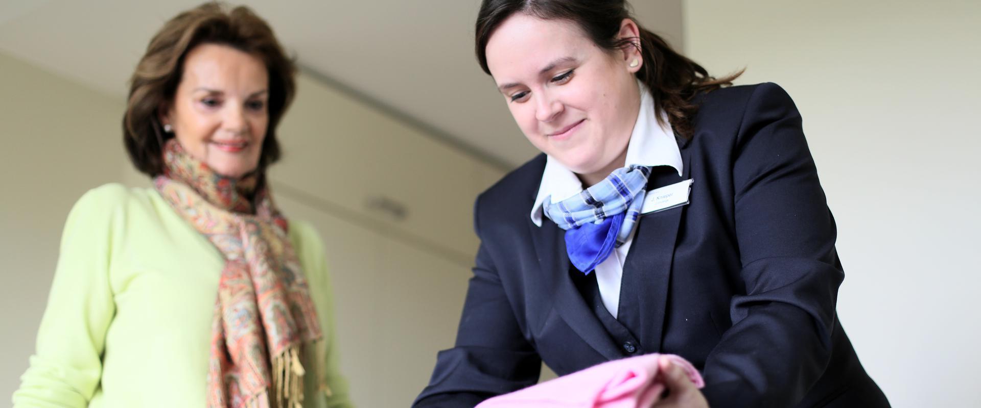 Klinikmitarbeiterin macht etwas für eine Patientin in der MEDIAN Klinik Bad Sülze