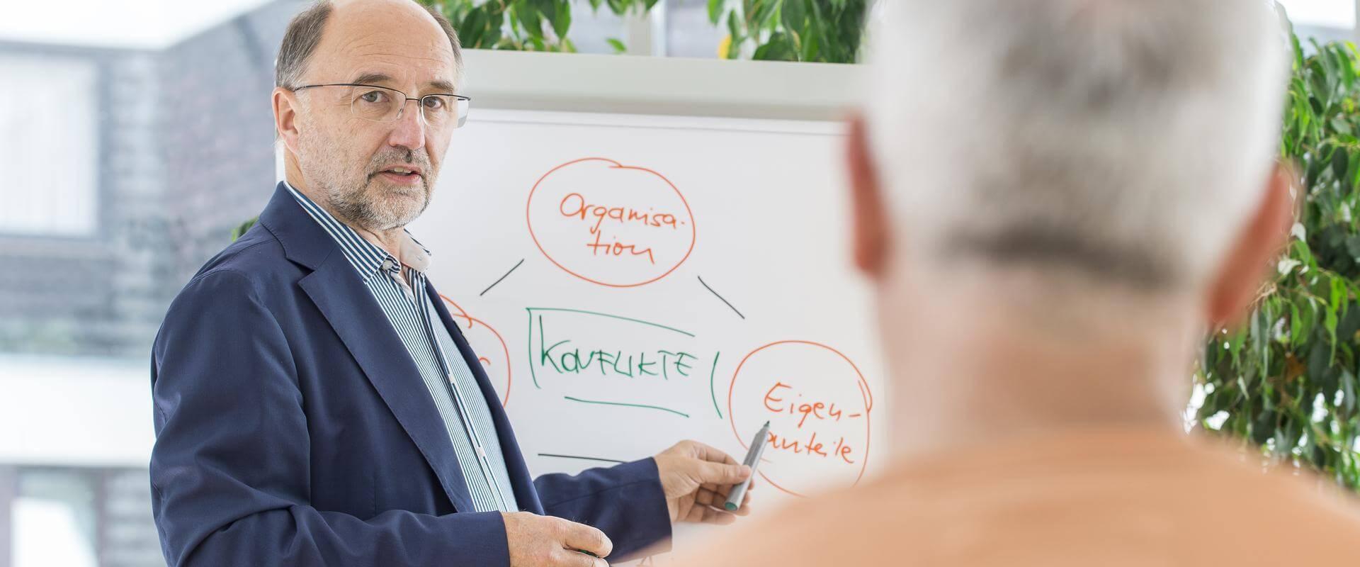 Mann hält einen Vortrag in der MEDIAN Klinik Berus - Fachkrankenhaus