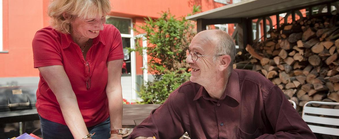 Zwei ältere Patienten unterhalten sich auf der Terrasse des MEDIAN Therapiezentrum Haus Eller