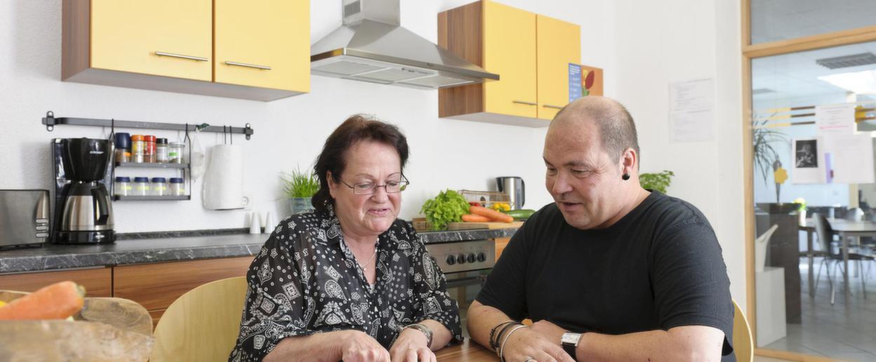 Patienten sitzen in der Küche des MEDIAN Therapiezentrum Loherhof