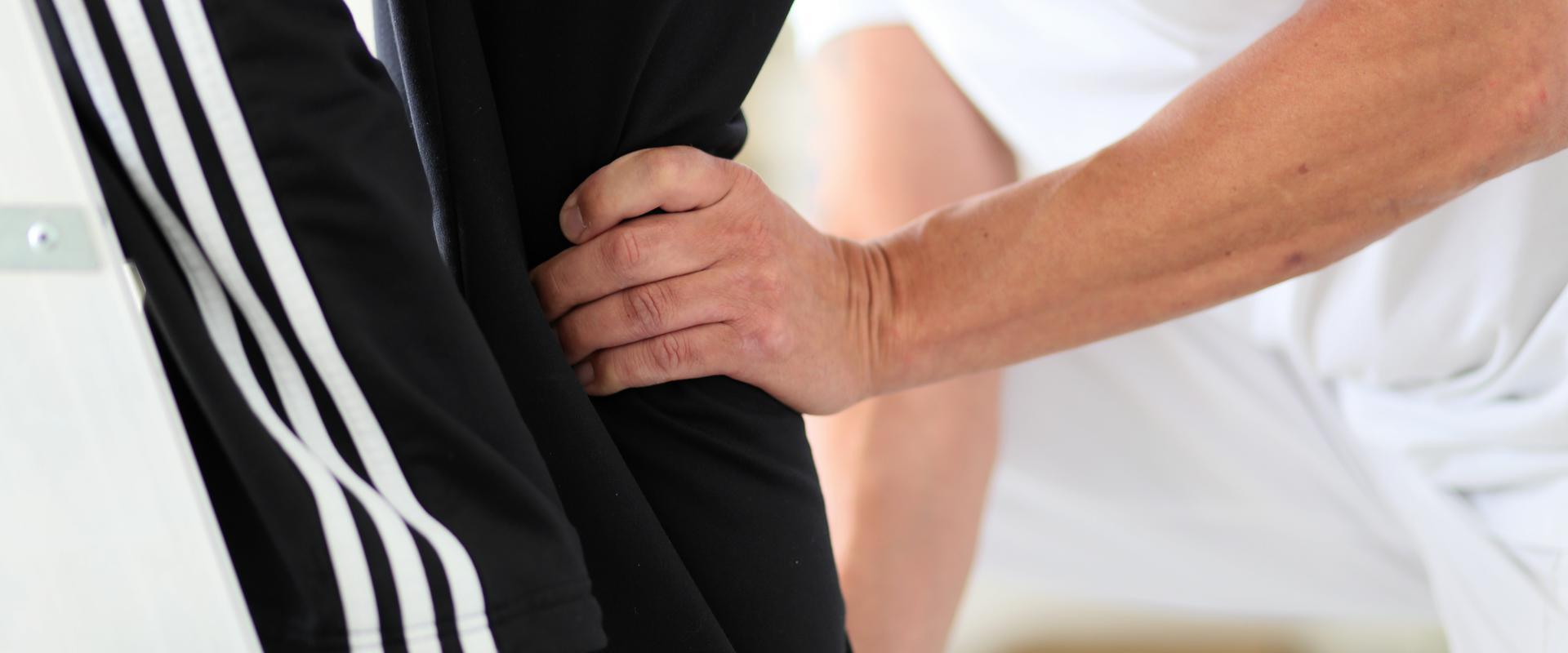 Patient wird von einem Therapeuten am Bein untersucht in der MEDIAN Klinik NRZ Magdeburg