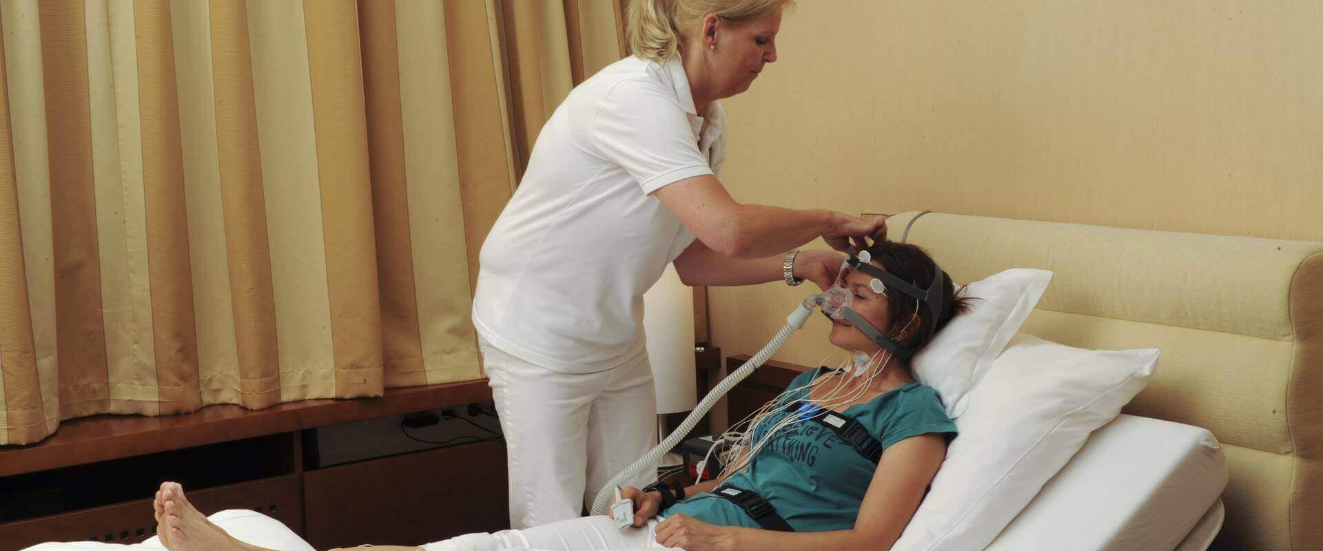 Patientin wird beim Schlafen untersucht im MEDIAN Schlaflabor Bad Dürkheim