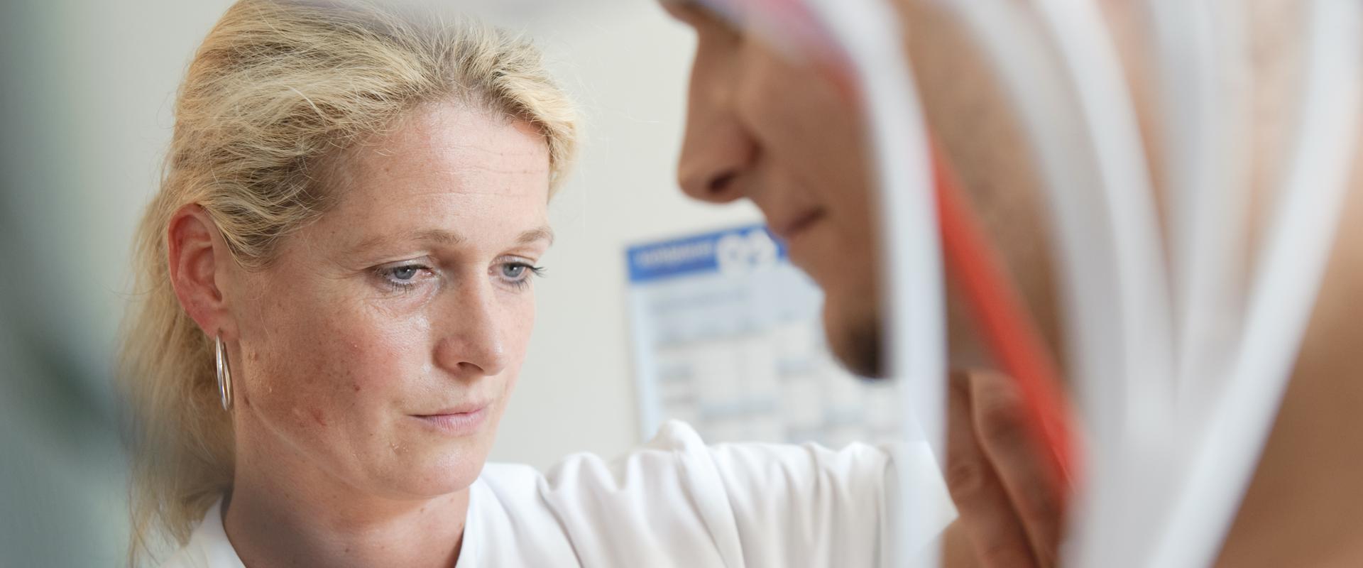 Ärztin behandelt einen Patienten in der MEDIAN Klinik Odenwald - Fachkrankenhaus