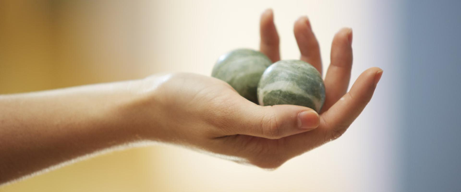 Steinmurmeln werden in der Hand eines Patienten gehalten in der MEDIAN Achertal-Klinik Ottenhöfen