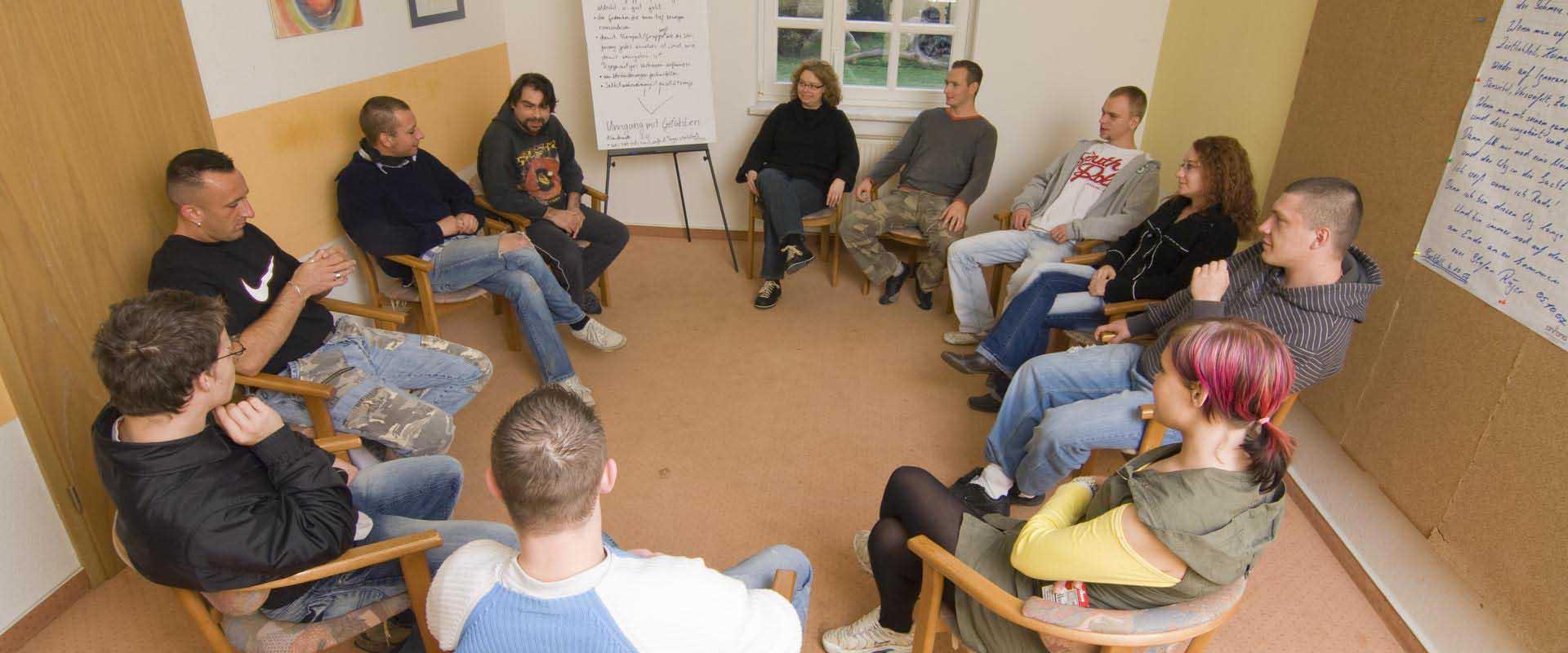 Sitzkreis von Patienten als Behandlung der MEDIAN Klinik Odenwald
