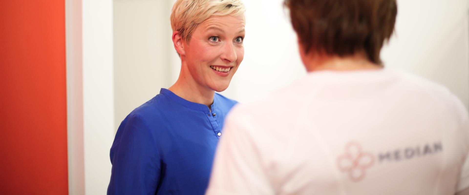 Patientin im Gespräch mit einer Pflegerin im MEDIAN Therapiezentrum Haus Remscheid