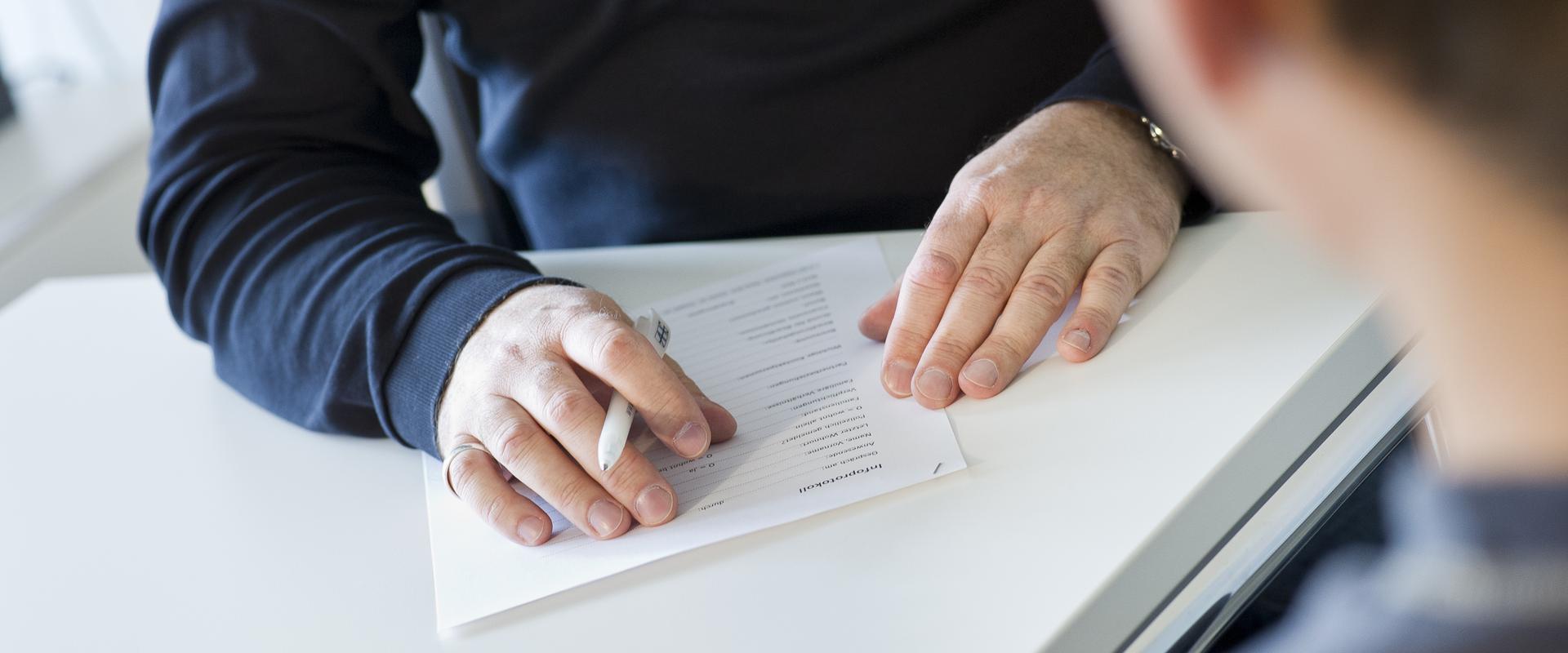 Ausfüllen eines Anmeldeformulars im MEDIAN Therapiezentrum Haus Welchenberg