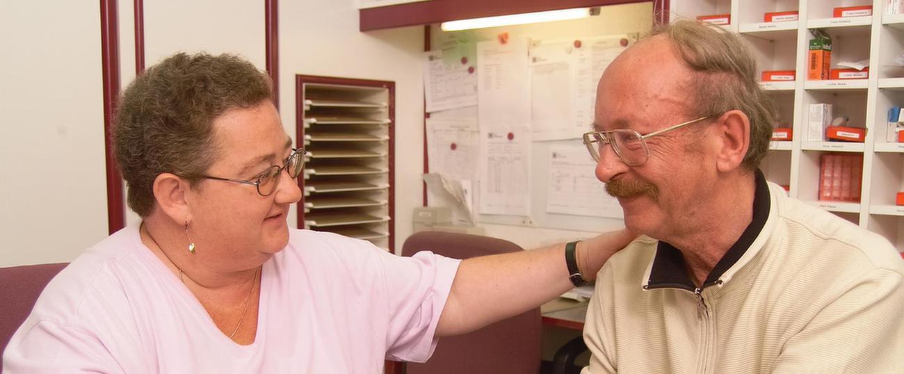 Therapeutin spricht mit Patienten im MEDIAN Therapiezentrum Haus Welchenberg