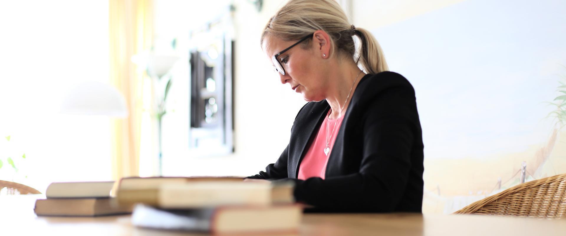 MEDIAN Klinik freizeit und umgebung Frau am tisch