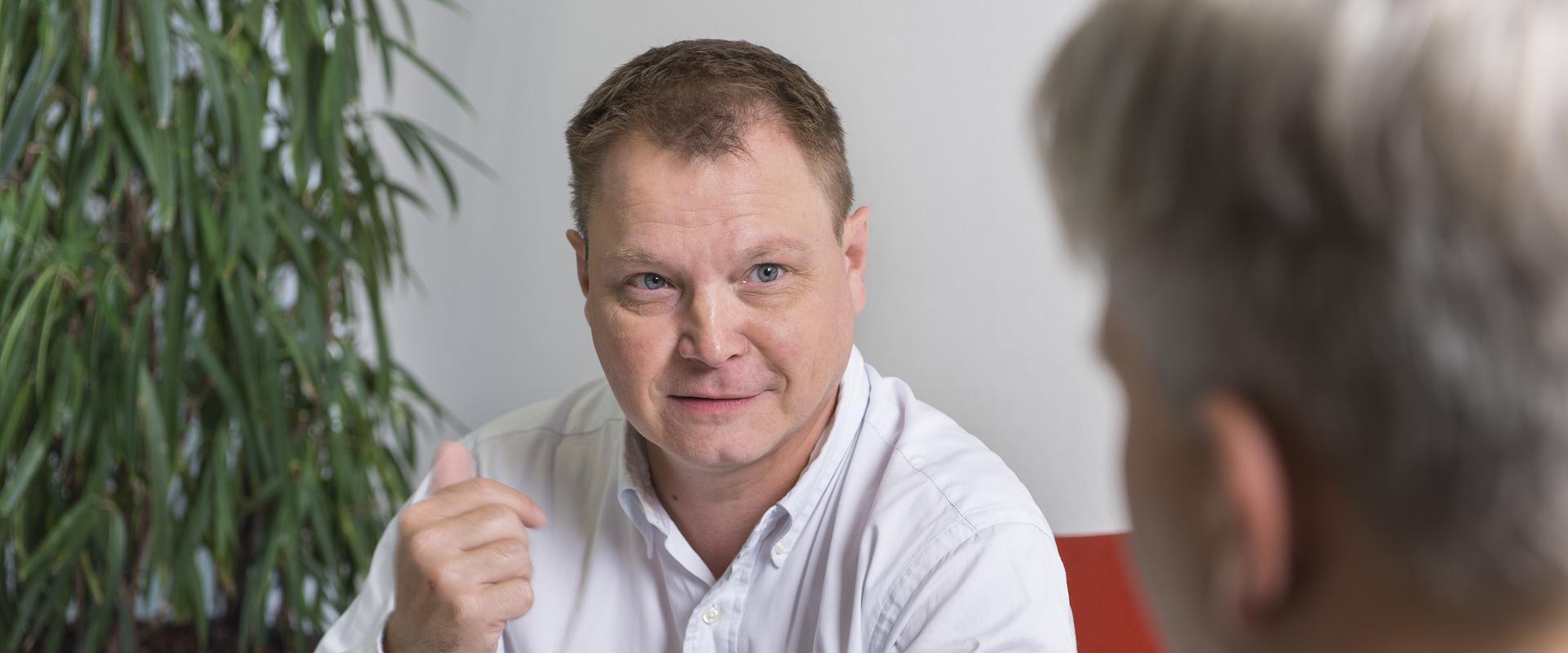 Arzt im Gespräch mit einem Patienten in der MEDIAN Klinik Dormagen