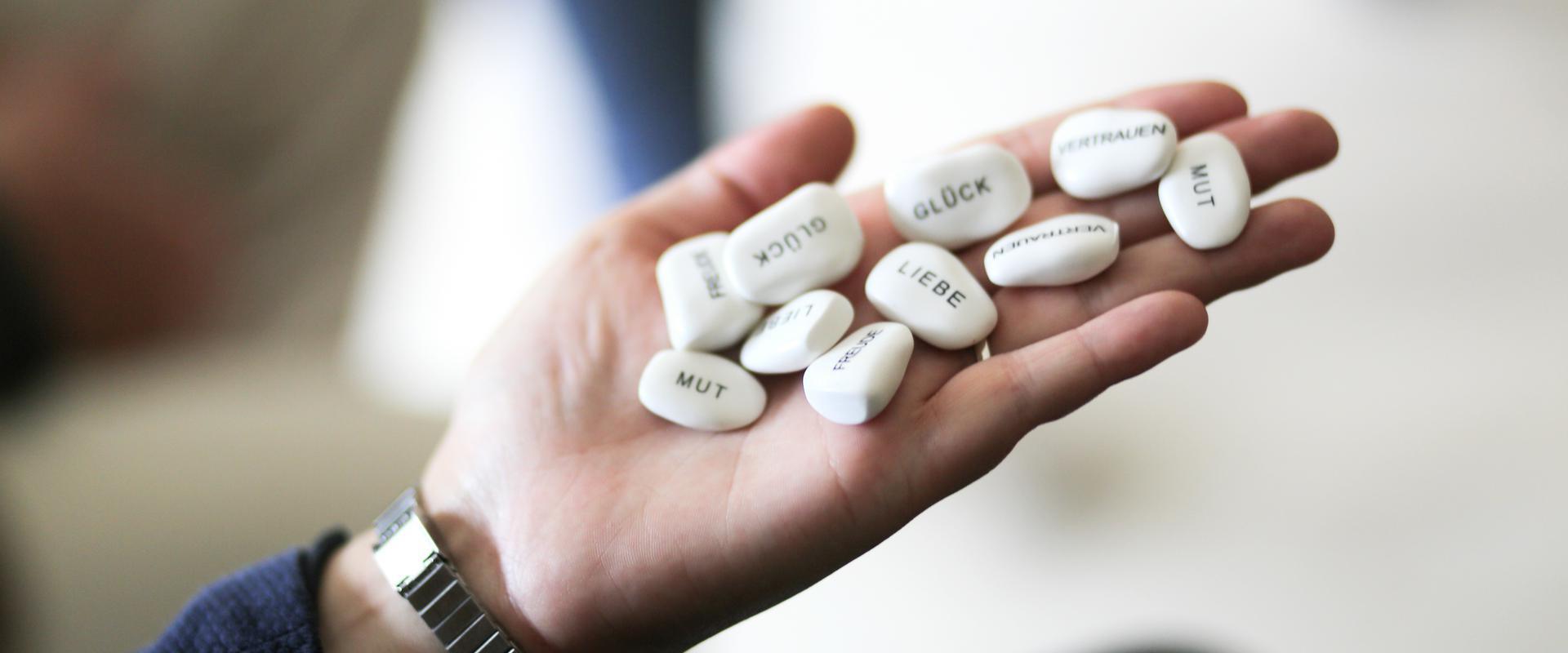 Pillen in der Hand in der AHG Klinik Waren von MEDIAN