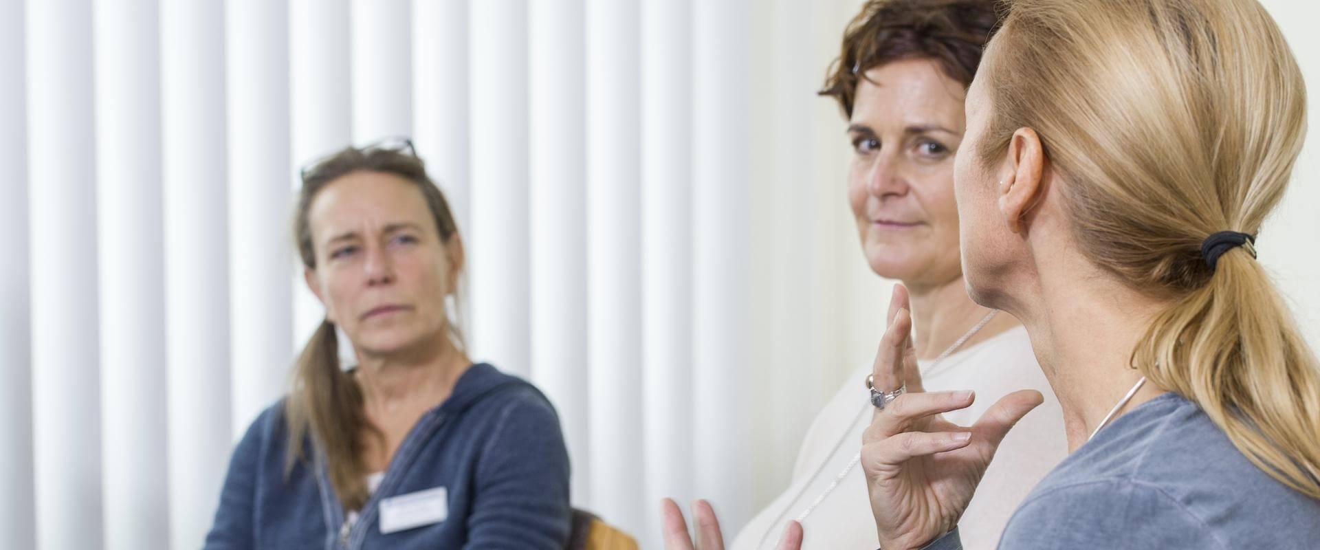 Patientin erklärt der Therapeutin bei MEDIAN Gesundheitsdienste Koblenz