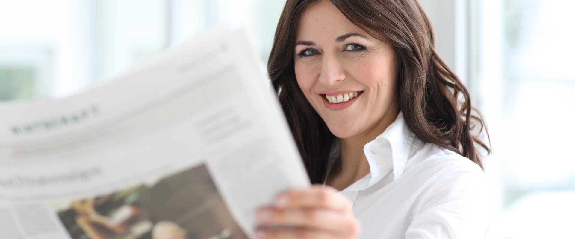 MEDIAN Klinik leben und wohnen Frau liest Zeitung