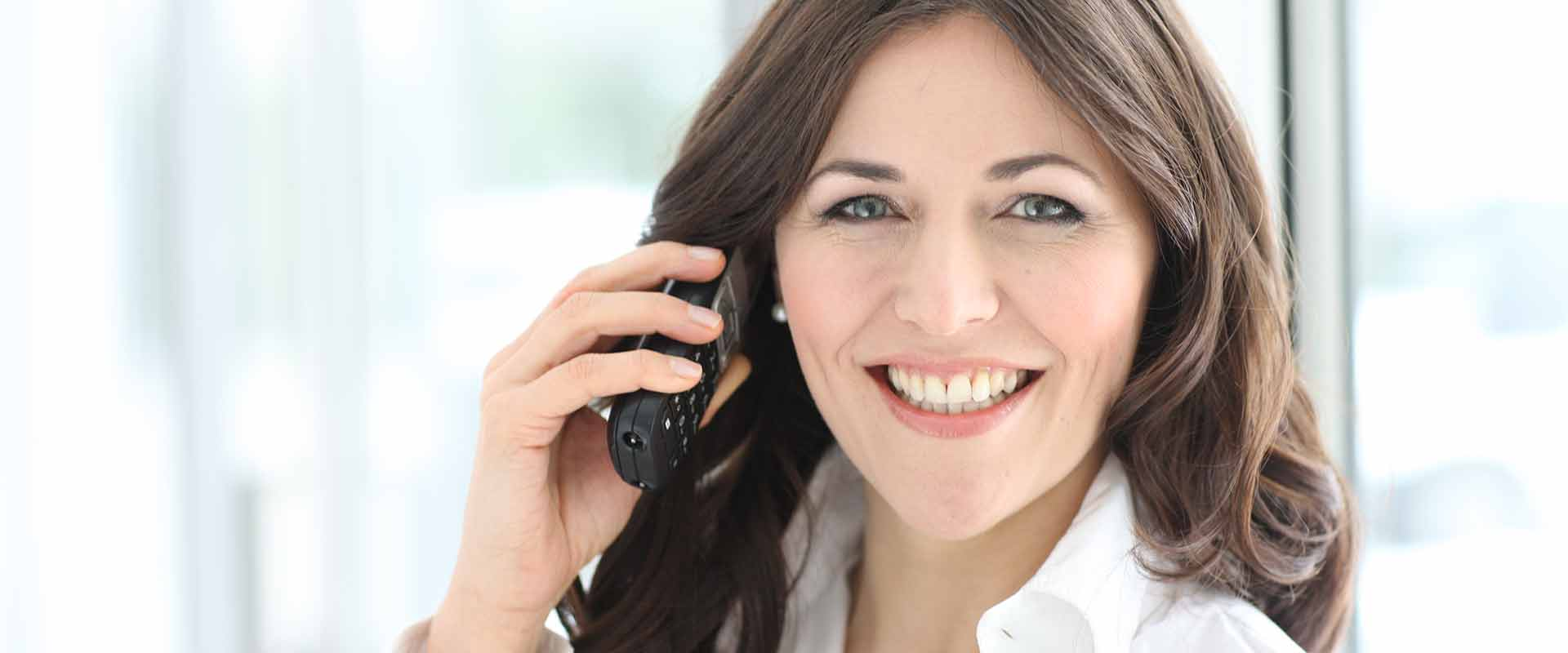 Eine Frau beim Telefonieren im MEDIAN Reha-Zentrum Bad Bertrich