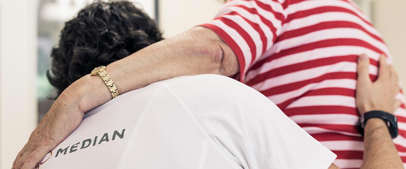 Therapeut stützt eine Patientin in der MEDIAN Klinik Mühlengrund Bad Wildungen